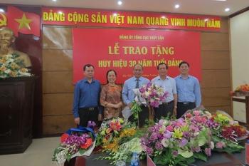 Trao huy hiệu 30 năm tuổi Đảng cho Thứ trưởng Vũ Văn Tám