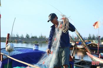 Sau mưa bão, ngư dân Hà Tĩnh lại tất bật chuẩn bị ra khơi