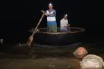 Quảng Trị: Kiếm tiền triệu mỗi đêm từ việc bắt cá mú giống
