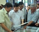 Phó Thủ tướng Trịnh Đình Dũng thăm quan Hội chợ cá tra tại Hà Nội
