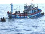 Tàu cá Bình Định cứu 2 người nước ngoài gặp nạn trên biển