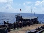 Bộ đội Hải quân cứu nạn và sửa chữa tàu cá cho ngư dân