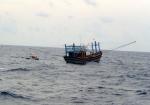 Tàu cá chở 28 thuyền viên bị hỏng máy thả trôi, cần trợ giúp khẩn cấp