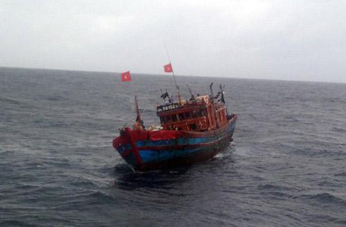 Tàu đánh bắt trái phép dưới hình thức dã cào cách bờ biển Hải Ninh 2 hải lý