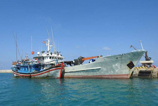 Âu tàu Trường Sa: Khắc phục sự cố cho tàu cá Phú Yên
