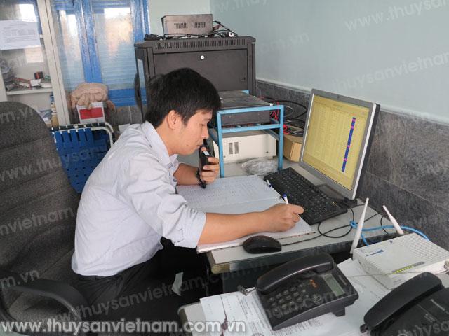 Nhân viên Trạm bờ Quy Nhơn liên lạc với các tàu cá ngư dân đang khai thác thủy sản và đón Tết cổ truyền trên biển.