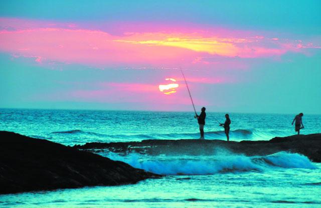 câu cá bờ biển lúc hoàng hôn