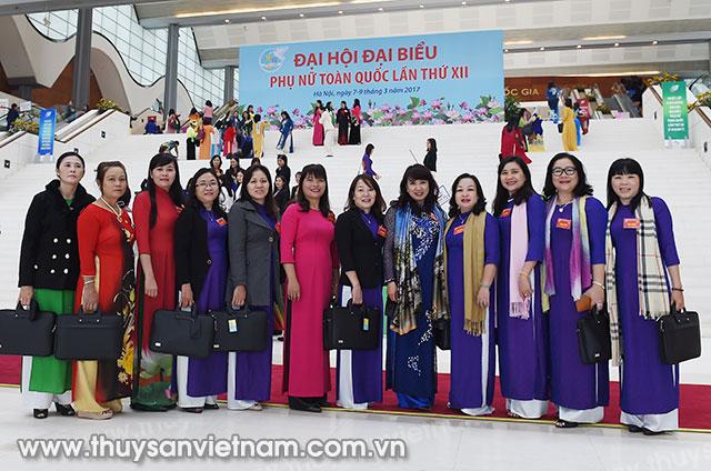Bà Nguyễn Thị Nga - Giám đốc DNTN Thủy sản Đắc Lộc (đứng thứ 2, từ phải qua), 1 trong 13 đại biểu của tỉnh Phú Yên tham dự Đại hội