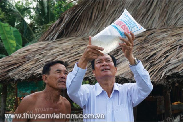 Giám đốc Dương Hùng trực tiếp kiểm tra tôm giống trước khi trao tặng cho người nuôi   Ảnh: Nguyệt Nga