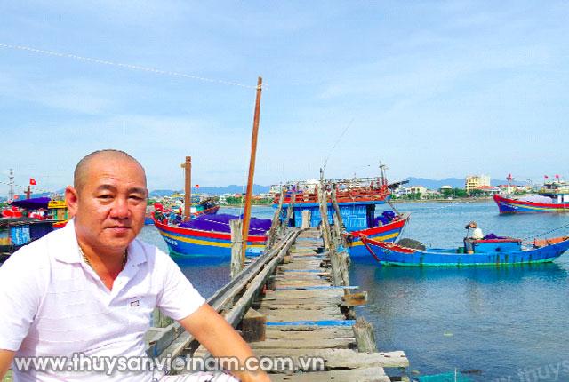 Anh Nguyễn Công Hoan bên bến âu thuyền Nhật Lệ   Ảnh: HC