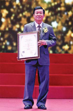 Giám đốc Dương Hùng nhận Giải thưởng chất lượng quốc gia