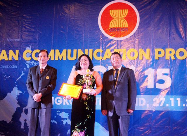 DNTN đắc lộc nhận cúp vàng danh hiệu doanh nhân - doanh nghiệp asean năm 2015