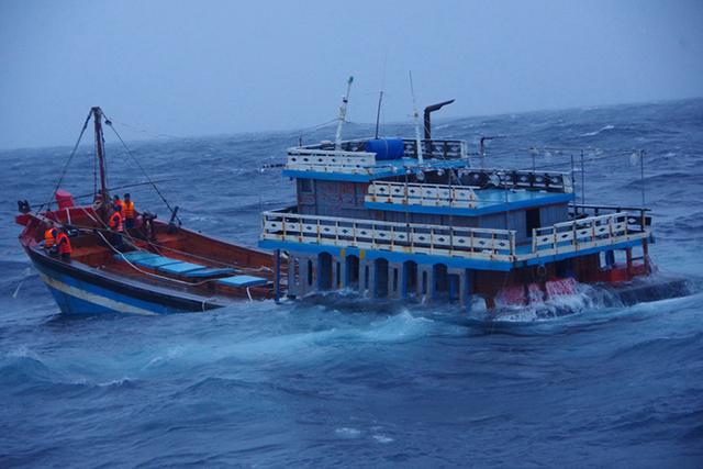 cứu ngư dân gặp nạn